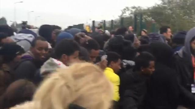 Thousands of migrants leave Calais camp