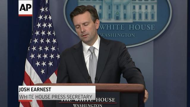 White House Spokesman Josh Earnest says the administration is aware of Friday's internet interruption and that the Department of Homeland Security is investigating. (Oct. 21)