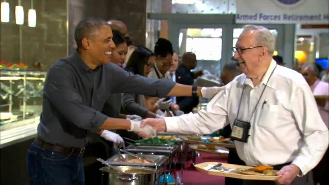 Obama and family serve thanksgiving meal to vets for What to serve for thanksgiving lunch