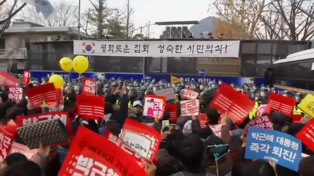Rallying for the sixth straight weekend in what has become perhaps South Korea's biggest protest movement ever, hundreds of thousands of demonstrators in Seoul demanded the ouster of President Park Geun-hye. (Dec. 3)