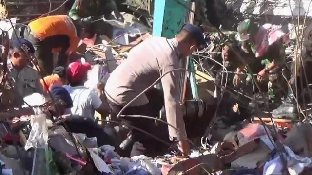 Rescue workers, soldiers and police combed through the rubble of a devastated town in Indonesia's Aceh province Thursday, resuming a search for earthquake survivors that rain and blackouts had stopped. More than 100 people are known dead. (Dec. 8)