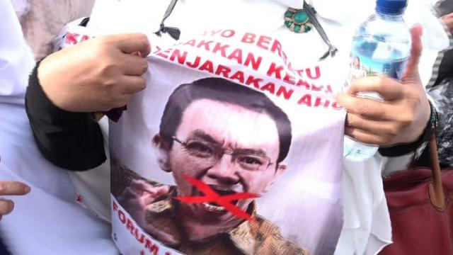 More than 200,000 Indonesian Muslims take part in the second major demonstration against Jakarta's Christian governor, as conservative groups push for his arrest for allegedly insulting Islam.  Video provided by AFP