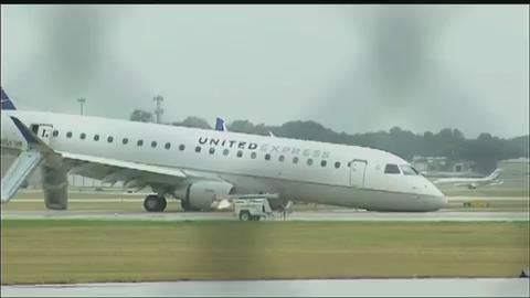 Raw: United Airlines plane collapses at airport