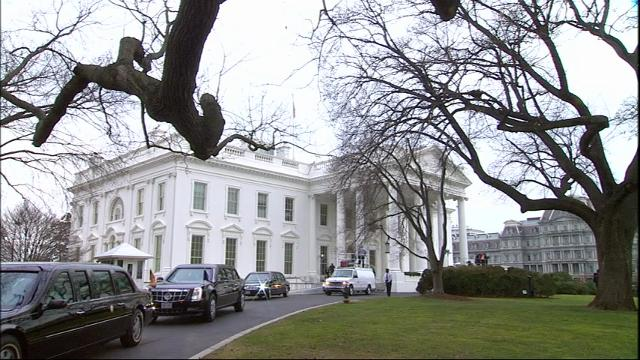 President Barack Obama and President-elect Donald Trump get in a limo for the ride from the White House to the Capitol. (Jan. 20)