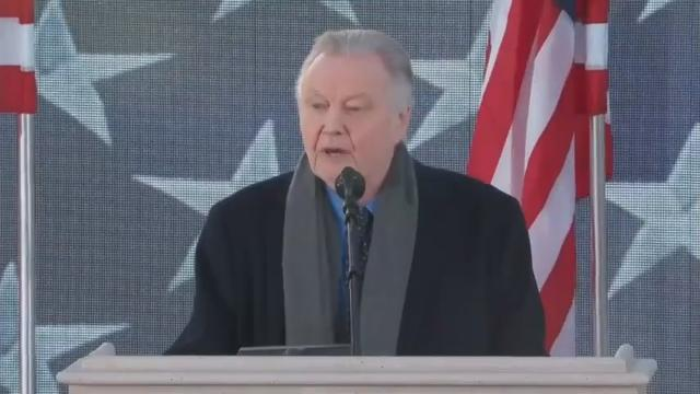 Jon Voight speaks for Trump at concert