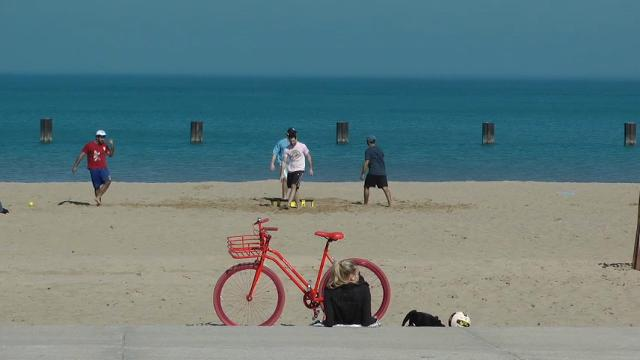 With record-breaking temperatures reaching into the high 60's for five days in a row, short sleeves and even shorts can be spotted along Chicago's beaches. (Feb. 22)