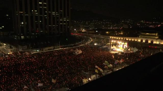 Tens of thousands of people gathered in central Seoul on Saturday to take part in a protest calling for the impeachment of President Park Geun-hye. (Feb. 25)