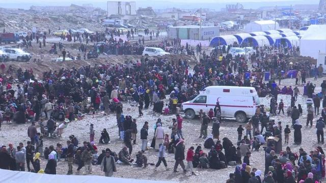 After fleeing homes Iraqis near Mosul wait for tents #304F9B