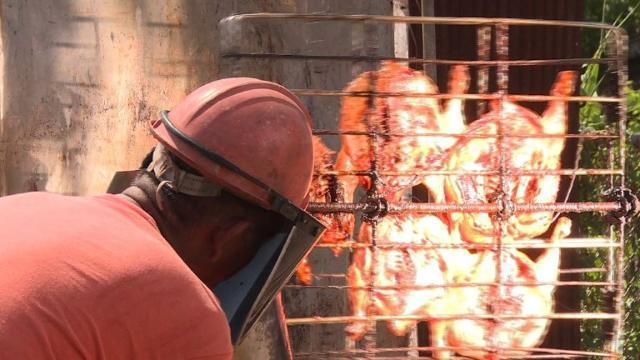 Thai man's solar furnace roasts chicken in 12 minutes