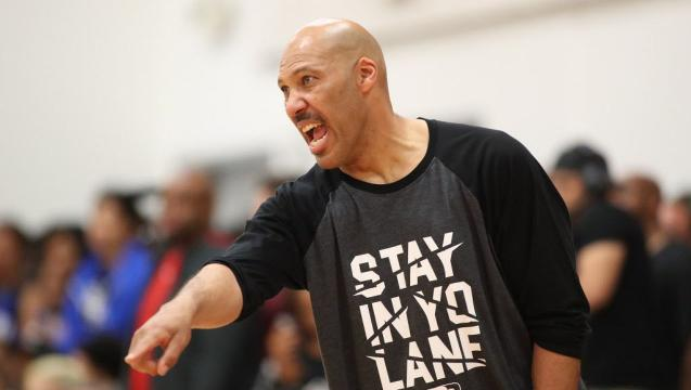 LaVar Ball talks to AAU team during timeout