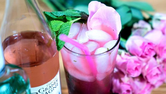 This rosé mojito cocktail is the official drink of summer 2017