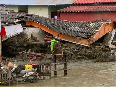 Raw: Avalanche of Mud Destroys Homes in Colombia