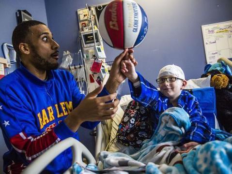 Harlem Globetrotter visits kids in the hospital