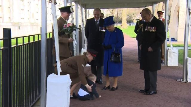 After unveiling The Iraq and Afghanistan memorial at Victoria Embankment Gardens in central London on Thursday, Britain's Queen Elizabeth II was supposed to receive a bouquet of flowers from two-year-old Alfie, the son of Serjeant Mark Lunn, 29, and Corporal Michelle Lunn, 26. But the toddler seemed reluctant to fulfil his important task, squirming in his mother's arms and trying to get away.