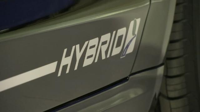 Ford to offer gas-electric hybrid police pursuit cars