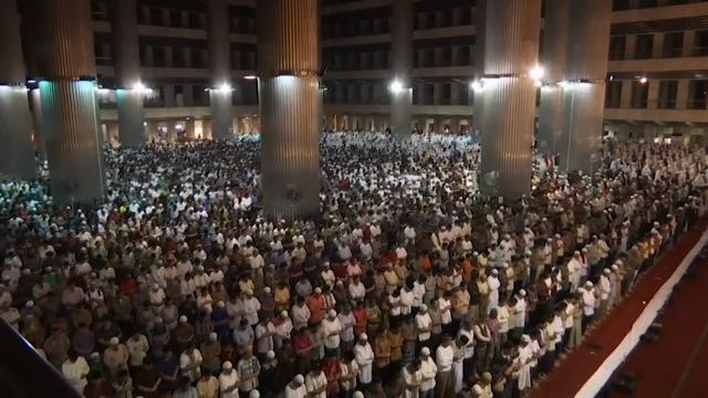 Muslims around the world marked the beginning of the holy month of Ramadan on Saturday. (May 27)