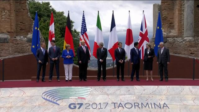 G-7 leaders at the summit in Italy posed for a group photo on Friday. (May 26)